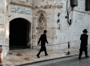 ebrea-ortodossa-ultra-gli-uomini-a-piedi-passato-lingresso-couvent-armeno-di-san-jacques-la-cattedrale-di-san-giacomo-xii-secolo-chiesa-armena-e-il-rbpy75